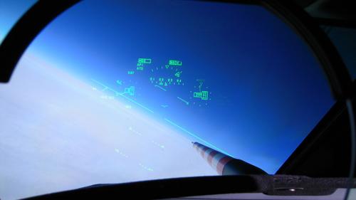 HALO basiert auf dem Ultra-Long Range Business Jet G 550 der Firma Gulfstream Aerospace. Mit einer Reichweite von weit mehr als 8.000 Kilometern sind mit HALO erstmals Messungen auf der Skala von Kontinenten möglich: alle Regionen von den Polen bis zu den Tropen und den abgelegenen Gebieten des Pazifiks kann das Forschungsflugzeug erreichen. Die maximale Flughöhe von über 15 Kilometern ermöglicht auch Messungen in der unteren Stratosphäre, außerhalb der Tropen. Image credit: DLR