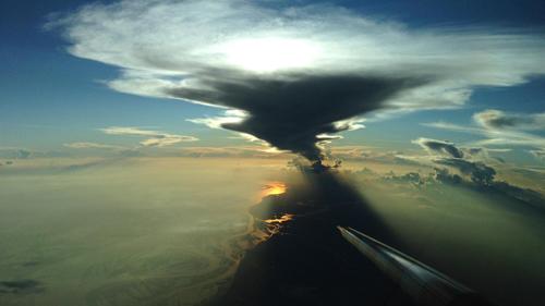Die ACRIDICON-Messflüge dauerten jeweils rund sieben Stunden. Unter anderem wurde untersucht, wie sich Wolken in sauberer Urwaldluft von denen in verschmutzten und entwaldeten Regionen unterscheiden. Das Bild zeigt den Nasenmast des Forschungsflugzeugs HALO vor einem sich auflösenden Gewitter. Image credit: DLR