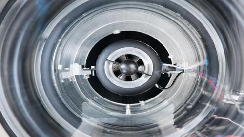 Im Projekt iVar werden in Zusammenarbeit mit dem Labor für Umweltmesstechnik der FH Düsseldorf erstmalig die Turbinenschaufeln einer Kleingasturbine mit kommerziellen, flugerprobten sowie auch zukünftigen Wärmedämmschichten versehen. In einem Windkanal-ähnlichen Versuchsaufbau werden in die Ansaugluft der Turbine definierte Vulkanasche-Konzentrationen dispergiert und dadurch Bedingungen eines Fluges der Turbine durch eine quasi-reale Vulkanasche-Wolke geschaffen. Dies erlaubt die Erforschung des schädigenden Einflusses von Vulkanasche-Partikeln auf ein Strahltreibwerk unter möglichst realen Testbedingungen. Image credit: DLR