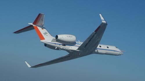 HALO basiert auf dem Ultra-Long Range Business Jet G 550 der Firma Gulfstream Aerospace. Mit einer Reichweite von weit mehr als 8.000 Kilometern sind mit HALO erstmals Messungen auf der Skala von Kontinenten möglich: alle Regionen von den Polen bis zu den Tropen und den abgelegenen Gebieten des Pazifiks kann das Forschungsflugzeug erreichen. Image credit: DLR
