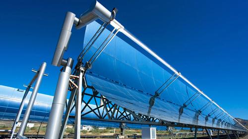 Bei Parabolrinnenkraftwerken wird die Sonnenstrahlung auf ein Receiver-Rohr im Fokus des Spiegels konzentriert. Die Wärmeenergie im Rohr wird weitergeleitet, mit ihrer Hilfe wird Wasserdampf erzeugt, der, wie in einem konventionellen Kraftwerk, eine Turbine antreibt. Image credit: DLR/Ernsting