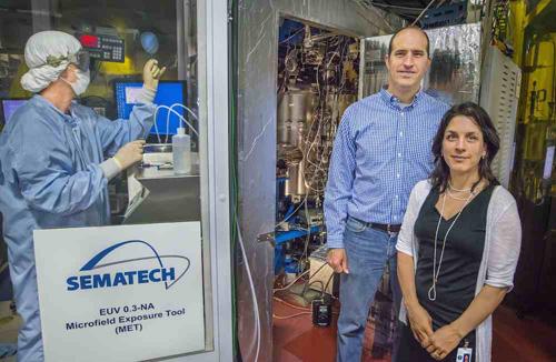 Paul Ashby and Deirdre Olynick of Berkeley Lab at the Advanced Light Source (ALS) Extreme Ultraviolet 12.0.1 Beamline. Image credit: Roy Kaltschmidt, Berkeley Lab