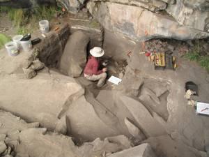 Sonia Zarrillo (U. of Calgary, Canada) bei Ausgrabungen am Cun-caicha-Felsen. Foto credit: Kurt Rademaker