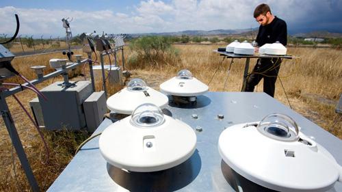 Mit Hilfe eines Rotating Shadowband Irradiometers misst ein DLR-Wissenschaftler die direkte Sonnenstrahlung. Image credit: DLR