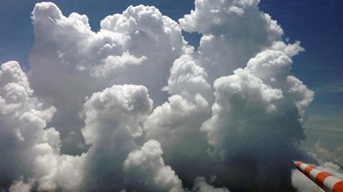Forschungsflüge nahe großer Gewitterzellen, die teilweise auch  in größere Wolkenformationen hineinführen, sind für die Testpiloten des DLR ein nicht ganz alltägliches Handwerk. Fünf verschiedene wissenschaftliche Flugmuster flogen die Piloten mit HALO von niedrigen Flughöhen über dem brasilianischen Regenwald bis zu  Flughöhen von etwa 15 Kilometer Höhe. Image credit: DLR