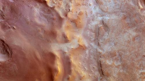 """Die senkrechte Draufsicht auf den Süden von Hellas Planitia zeigt an vielen Stellen die Spuren des Winterhalbjahres auf der Südhalbkugel des Mars. Raureif-""""Frost"""" aus Kohlendioxid-Eis findet sich in vielen Niederungen und Senken, in die weniger Sonnenlicht dringt. Die tief stehende Sonne gibt der Szenerie einen goldorangenen Anstrich. Image credit: ESA/DLR/FU Berlin"""