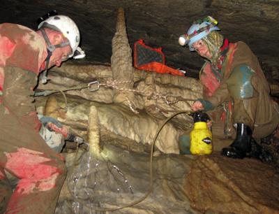 Gina Moseley und Christoph Spötl entnehmen Proben aus Stalagmiten in einer der größten Höhlen Deutschlands, dem Hölloch. Bild credit: Christoph Spötl