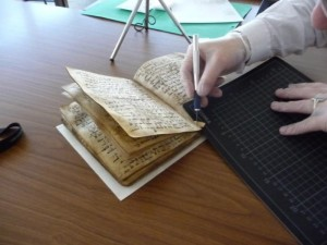 Ein Experte entnimmt der Koranhandschrift eine Probe für die Datierung. Foto credit: Dr. Wilfried Lagler/Universitätsbibliothek Tübingen (Click image to enlarge)