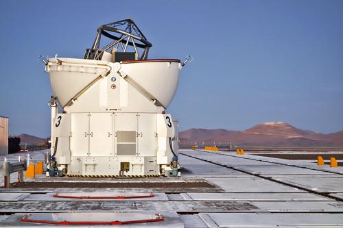 Dieses Bild der zukünftigen Heimat des E-ELT wurde Ende November 2014 von der Plattform des Paranal-Observatoriums der ESO aus aufgenommen. Das Abtragen und Einebnen des Gipfels des Cerro Armazones ist bereits weit fortgeschritten. Image credit: ESO/J. Girard
