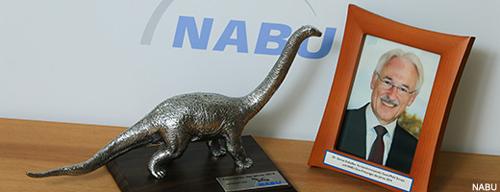 Trophäe und Preisträger - der Dinosaurier des Jahres 2014. Image credit: NABU.de