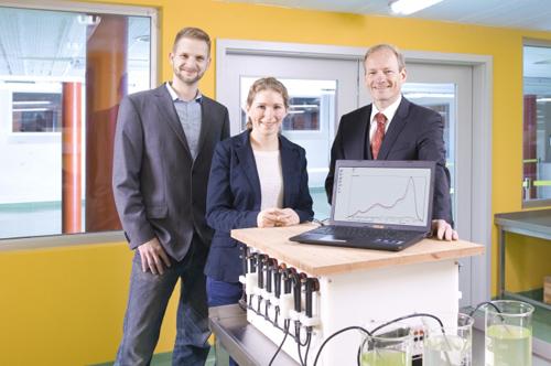 Dr. László Dören (FNU), Friederike Breuer (BiK-F und Goethe- Universität Frankfurt) und Prof. Dr. Klaus Peter Ebke (Mesocosm GmbH) (v.l.n.r.) haben das Messgerät gemeinsam mit weiteren Partnern entwickelt. Image credit: © HA Hessen Agentur GmbH - Jan Michael Hosan