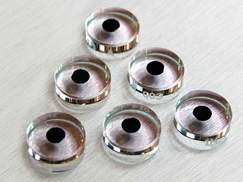 Hochpräzise Spiegel von CMS mit einem Durchmesser von etwa 1 cm. Jeder Spiegel besteht aus einer monokristallinen Beschichtung, die fest mit einem optischen Träger verbunden ist. (Image copyright: Crystalline Mirror Solutions GmbH)