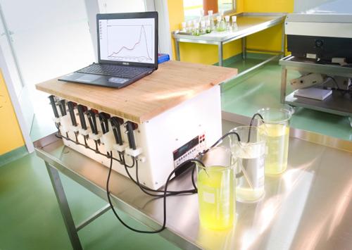 Ein Beispiel für die Kooperation von Forschung und Praxis: In enger Vernetzung entstand ein neues Diagnose-und Kontrollgerät des Algenwachstums zur Überwachung der Gewässerfunktionalität. Image credit: © HA Hessen Agentur GmbH - Jan Michael Hosan