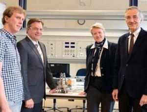 Mechatronik-Absolvent Phillip Kronthaler mit Landeshauptmann Günther Platter, UMIT-Rektorin Sabine Schindler und Rektor Tilmann Märk (von links). Image credit: Universität Innsbruck