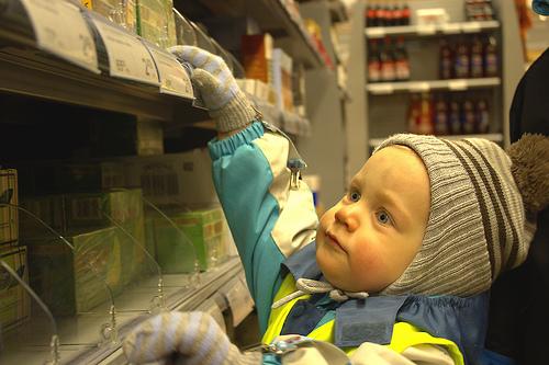 Gerade auch bei der Geschenkesuche in der Weihnachtszeit sorgen Regale im Supermarkt für große Augen. Photo credit: Jaro Larnos (Source: Flickr)