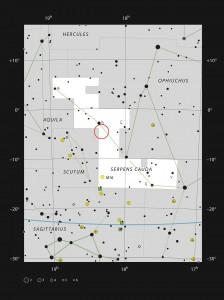 LDN 483 befindet sich am Nordhimmel im Sternbild Schlange. Diese Aufsuchkarte zeigt jene Sterne, die in einer dunklen Nacht mit bloßem Auge zu sehen sind. Der Nebel ist im Teleskop nicht sichtbar, kann aber leicht fotografiert werden. Image credit: ESO, IAU and Sky & Telescope (Click image to enlarge)