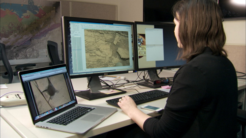 Scientist Katie Stack Morgan examines rover images on her computer. Images, even 3-D stereo views, lack a natural sense of depth that human vision employs to understand spatial relationships. Image credit: NASA/JPL-Caltech