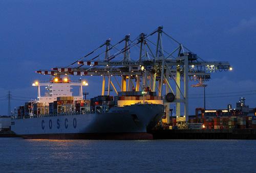 """Containerschiff im Hamburger Hafen"". Image credit: Alexander Sölch (CC BY-SA 3.0 über Wikimedia Commons)"