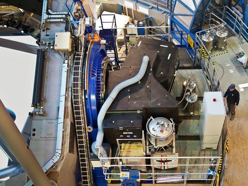 Das SPHERE-Instrument ist hier kurz nach seiner Anbringung am VLT-Hauptteleskop 3 der ESO zu sehen. Das Instrument selbst ist der schwarze Kasten, der sich auf der Plattform an der Seite des Teleskops befindet. Image credit: ESO/J. Girard