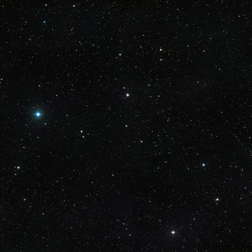 Dieses Bild zeigt die Himmelsregion um den unwöhnlichen Doppelstern V471 Tauri. Das Objekt selbst ist als unauffällig scheinender Stern mittlerer Helligkeit in der Mitte des Bildes zu sehen. Dieses Bild wurde aus Aufnahmen des Digitized Sky Survey 2 zusammengesetzt. Image credit: ESO/Digitized Sky Survey 2