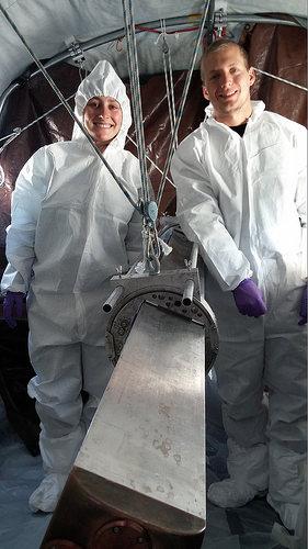 Laura German (Ohio State University, Center of Science and Industry – COSI) und James Ryan Davis (University of Tennessee) posieren neben dem IceMole. Image Quelle: Jill Mikucki/University of Tennessee Knoxville (CC-BY 3.0)