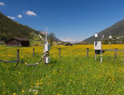 Universitäre Mess-Station bei Neustift im Stubaital: Die Daten der dreischnittigen Mähwiese fanden Eingang in eine aktuelle PNAS-Publikation. Foto credit: Wohlfahrt