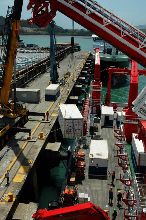 Verladen der Container auf FS Sonne, in Balboa. Foto credit: Stefanie Kaiser, Senckenberg am Meer