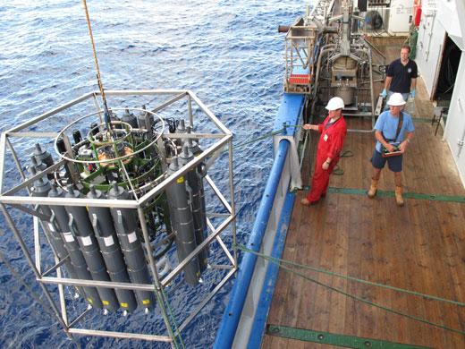 Wasserproben aus der Tiefsee kommen an Bord des Forschungsschiffes Pelagia (Image copyright: Alexander Bochdansky)