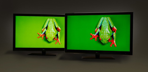 The TV on the right using Nanosys' quantum dot technology shows a 50% wider range of colors than the standard white LED set on the left. (Image courtesy of Nanosys)