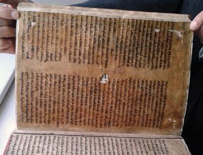 Pergament war in den Anfängen das Buchdrucks als Verstärkung von Einbänden sehr beliebt. Auch im Innsbrucker Stift Wilten wurden eingearbeitete Pergament-Blätter gefunden. Bild credit: Ursula Schattner-Rieser