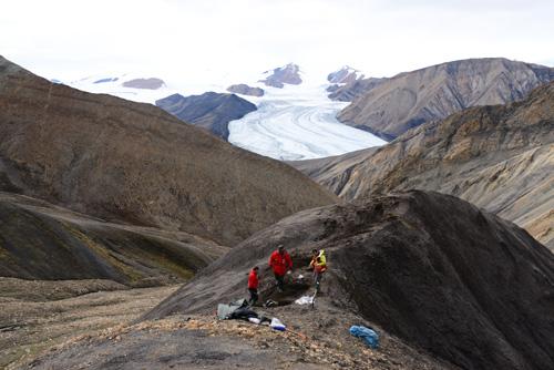 Beprobung kreidezeitlicher Sedimente am Lost Hammer Diapir auf Axel Heiberg Island. Image credit:  © Claudia Schröder-Adams