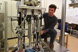 Mithilfe eines Roboters hat Georg Hettich untersucht, wie das Gehirn Informationen aus den Sinnessystemen in die Gelenke überträgt. Foto credit: Patrick Seeger