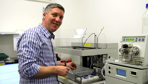 Christian F. W. Becker bei seinen Laboruntersuchungen (Image copyright: Universität Wien).