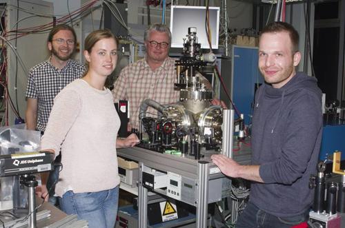 Die Elektronen-Kamera mit einem Teil des Forschungsteams. Von links nach rechts: Dr. Arne Senftleben, Marlene Adrian, Prof. Dr. Thomas Baumert, Christian Gerbig. Foto credit: Uni Kassel.