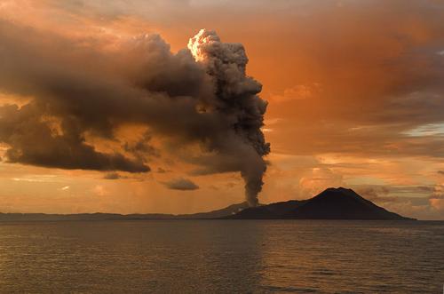 Tavurvur in Papua New Guinea erupting.  Image credit: Taro Taylor edit by Richard Bartz (Image source: Wikimedia Commons)
