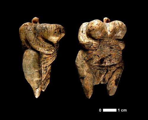 """Die 2008 entdeckte """"Venus vom Hohle Fels"""". Foto credit: H. Jensen/Universität Tübingen"""