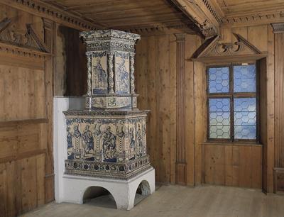 Sogenannter Reiterofen aus dem 18. Jh. mit der Darstellung der Türkenbelagerung, ausgestellt im Volkskunstmuseum in Innsbruck. (Bild credit: Tiroler Volkskunstmuseum)