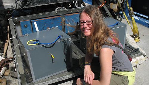 Julia Klose beim Vorbereiten des Tauchgangs (Image copyright: Renate Degen).