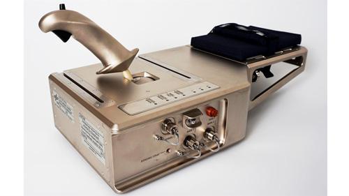 Kontur-2 Joystick. Der Kontur-2 Joystick ist seit Juli 2015 an Bord der ISS und wurde vom DLR-Institut für Robotik und Mechatronik entwickelt. Er erlaubt telepräsente Steuerung in zwei Freiheitsgraden mit Kraftrückkoppelung. Für die ISS-Qualifizierung muss der Joystick besondere Anforderungen erfüllen, die den zuverlässigen und sicheren auf der ISS gewährleistet. Image credit: DLR