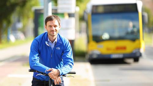 Der Verkehrsforscher Stefan Trommer. Stefan Trommer sieht sich als klassischen Verkehrsteilnehmer, mit der Liebe zum Fahrrad liegt er im Trend. Welches Verkehrsmittel genutzt wird, lässt sich beeinflussen, meint der Verkehrsforscher und denkt dabei zuerst an die Kommunalpolitik.Photo credit: DLR/Tennert