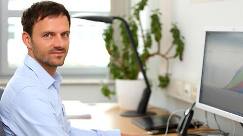 """Forschung an der """"Zukunft der Mobilität"""". Der Geograf Stefan Trommer an seinem Arbeitsplatz im DLR-Institut für Verkehrsforschung in Berlin. Hier geht er unter anderem der Frage nach, wie neue Technologien das Mobiltätsverhalten verändern werden. Photo credit: DLR/Tennert"""
