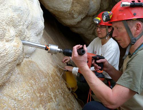 Innsbrucker Forscherinnen und Forscher entnehmen Kalzitproben mit Bohrkernen aus der Felskluft. (Foto credit: Christoph Spötl)