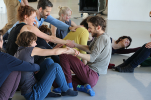 """Das Wissenschafts- und Tanzprojekt """"Störung/Ha-fra-ah"""" behandelt die Themen Bewegung und Bewegungsstörung. Foto credit: Levin Sottru"""