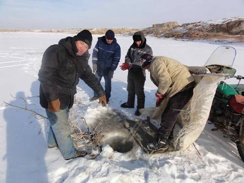 Winterliches Fischen im Syr Darya in Kasachstan: Die Anwohner haben einen engen Bezug zum längsten Fluss Zentralasiens. Foto credit: William Wheeler