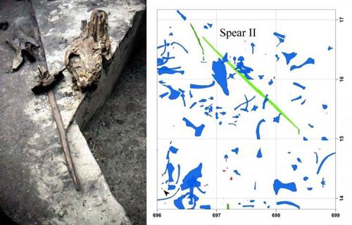 Einer der 300.000 Jahre alten Speere aus Schöningen ‒ er wurde zwischen den Überresten erlegter Pferde entdeckt, im Bild ist u.a. ein Pferdeschädel zu sehen. Die Grafik zeigt die Fundsituation. Foto credit: Nicholas J. Conard / Grafik: Utz Böhner.