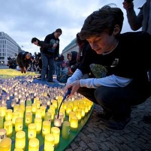 Verdunklungsaktion am Brandburger Tor: Kerzen in Form der Erde mahnen zum Nachdenken. Image credit:  © David Biene / WWF