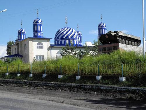 Kirgisische Moschee mit sowjetischem Kriegsdenkmal. Foto credit: Yanti Hölzchen
