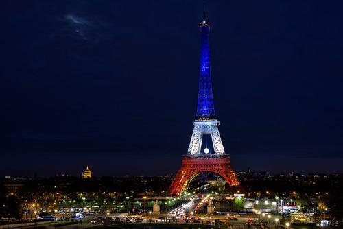Paris – damals noch ohne Eiffelturm – war 1667 die erste europäische Stadt mit öffentlicher Beleuchtung. Photo credit: Christophe Meneboeuf (Source: Wikipedia)