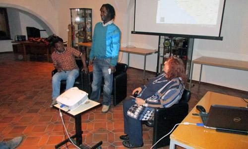 Die zwei afrikanischen Gäste (Ahmed Diop aus Guinea und Mamadou Seone aus der Elfenbeinküste) und Prof. Eva Lavric (Leiterin des Frankreich-Schwerpunkts) bei der Veranstaltung. (Foto credit: Romana Kaier)
