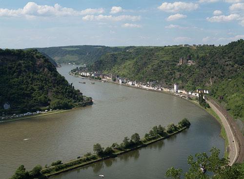 Das Rheintal bei Sankt Goarshausen. Photo credit: Johannes Robalotoff (Source: Wikipedia)